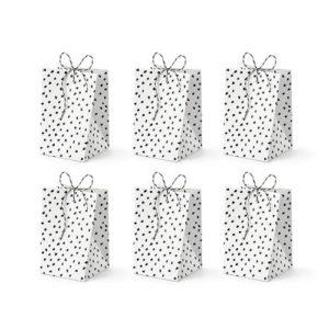 Hvite godteposer med sorte prikker